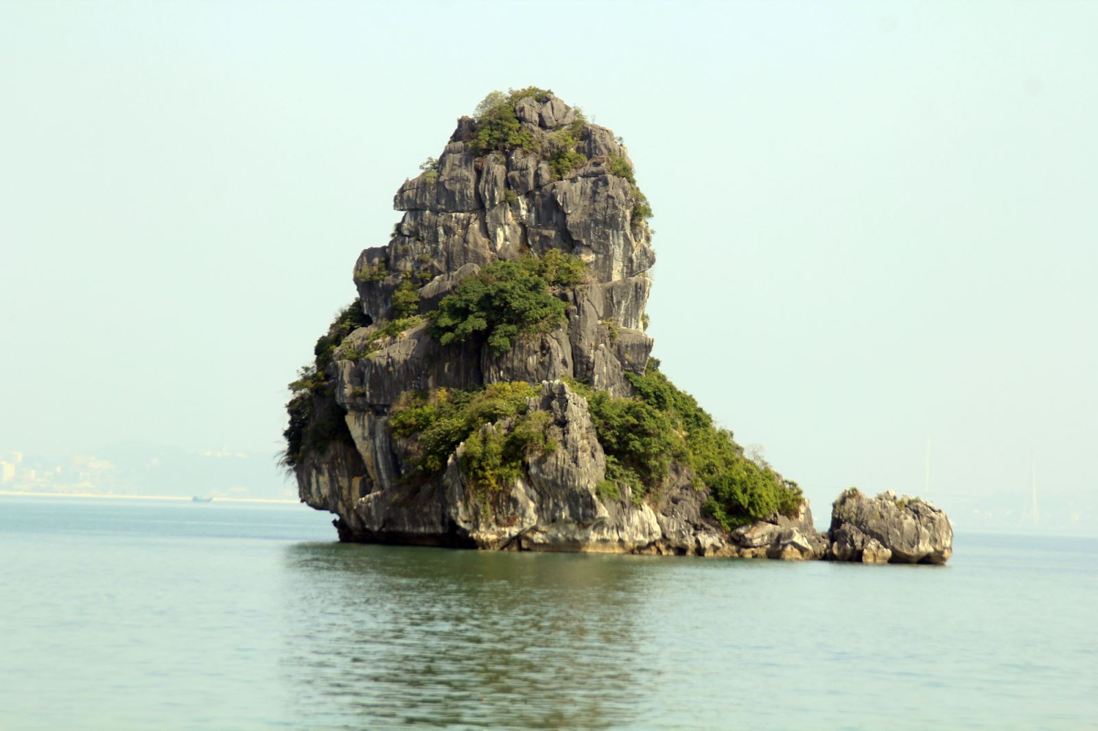 Halong lonely islet